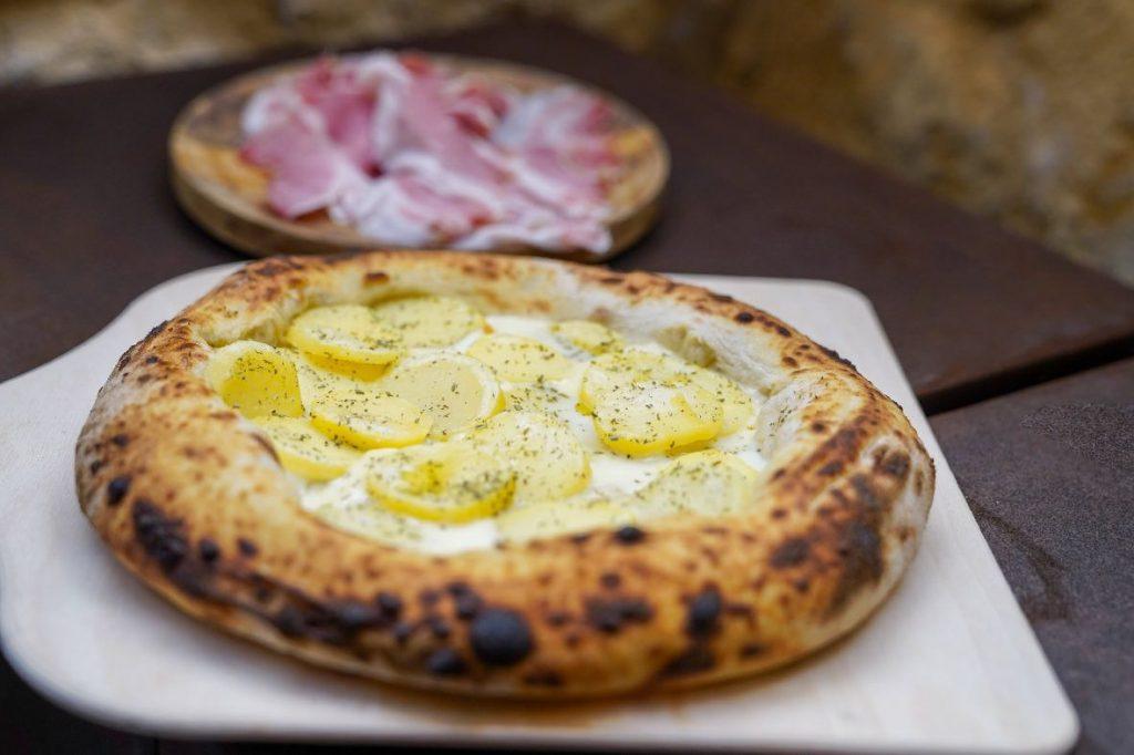 pizza tipica siciliana con patate e cipolla
